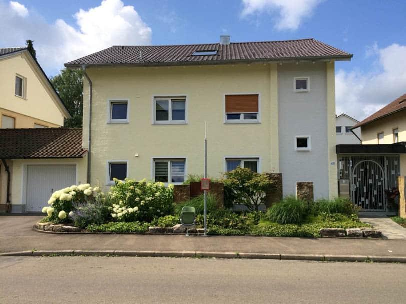 Schöne Fassade nach Anstrich mit Dryonic in zartem Gelb und Grau